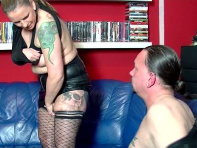 Eine willige Frau bläst einen Schwengel und macht einen Blowjob
