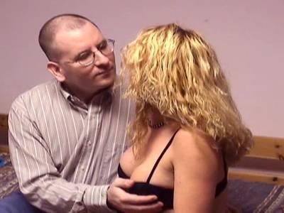 Geile blonde MILF mit rasierter Spalte und tollen Brüsten rammelt und bläst mit einem kleinen Riemen