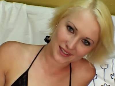 Schwarzer Prügel fickt enge Blondinen Fotze