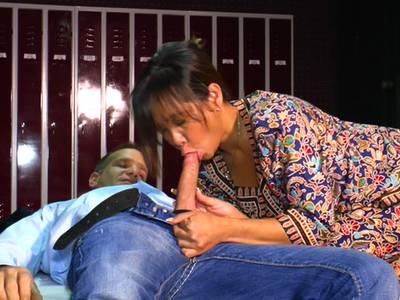 Die Thai Bitch wird von ihrem Chef durchgefickt