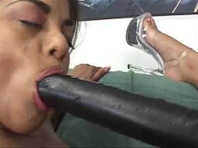 Sexy Asiatinnen lecken sich gegenseitig die Muschi beim Asiasex und spielen mit allerlei Sextoys