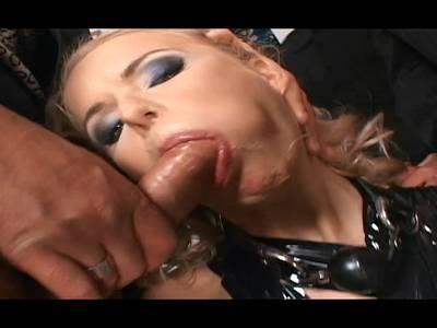 BlondeSklavin wird von zwei willigen Fickern bearbeitet bestraft und durchgefickt