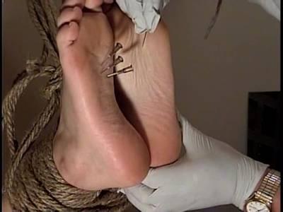 Die wehrlosen Füße werden mit Eiswürfeln und Nadeln bearbeitet