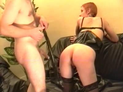 Rothaarige fickwillige Sklavenmuschi wird von BDSM Meister mit großem Fickriemen gebraucht