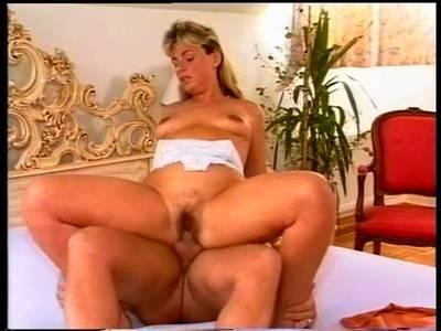 Mutter mit einer behaarten Lustgrotte beim Maulfick