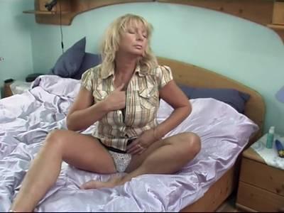 Blonde MILF Fotze mit rasierter Lustgrotte und großen Titten vögelt sich selbst mit einem großem Vibrator