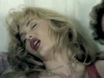 Pornostar Dolly Buster mit Freundin  werden von Ihren Stechern heftig in die Arschmöse gebumst