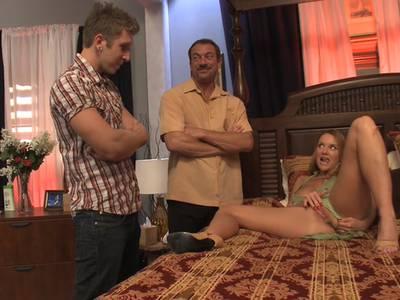 Wilde Hausfrau mit großen Titten und rasierter Möse fickt mit zwei großen Prügeln in alle Löcher