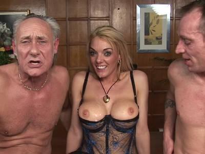 Willige blonde Ficksau in schönen Dessous, mega Titten und mit rasierter Muschi nagelt und lutscht mit zwei Stechern