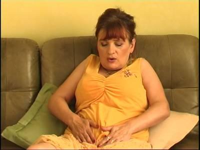 Faltige Großmutter mit hängenden Titten fickt sich mit einen Dildo