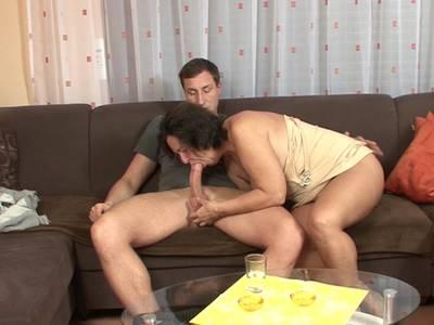GILF Schlampe mit rasierter Möse und großen Brüsten bumst mit geilem Enkelsohn