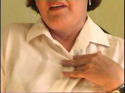 Hübsche sexy Oma masturbiert mit dem Dildo vor der Kamera