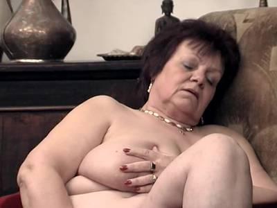 Oma zeig ihre reife Fickfotze - Jung gebliebene Prostituierte