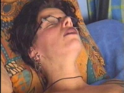 Rattige reife Oma Ficksau mit kleinen Brüstem fickt sich mit rotem Vibrator selber
