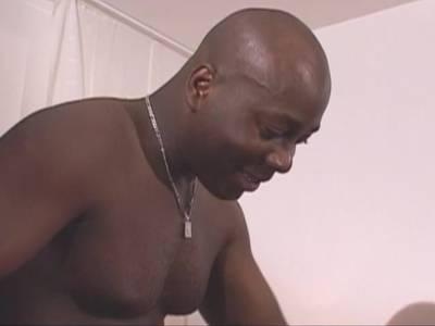 Zwei willige Black Lesben lecken sich gegenseitig und werden dann von geilem Bimboschwanz nach allen Regeln der Kunst durchgefickt