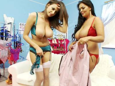 Latinamuschis in geiler Spitzenunterwäsche mit schönen Titten und rasierter Möse ficken sich mit Sextoy
