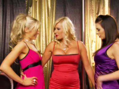 Die sexgeilen Lesbo Ladys verwöhnen sich gegenseitig