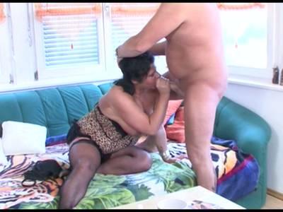 Die Frau bläst ihrem Kerl den Schwanz hart