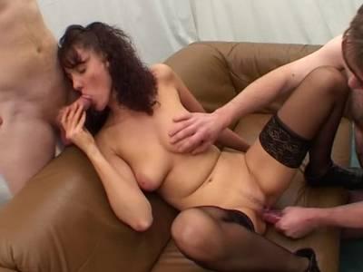 Die Lady lutscht den kleineren Knüppel