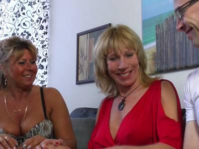 Gieriges MILF Schlampen Lesben nehmen sich jungen Stecher zur Brust und rammeln miteinander