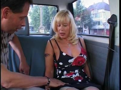 Oma mit dicken Titten fickt mit dem Lover im Auto