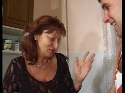 Sexy mollige Oma in Reizwäsche fickt jungen Mann