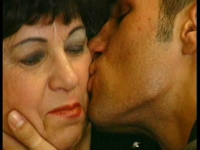 Geile mollige Großmutter mit fetten Arsch fickt mit jungen Mann