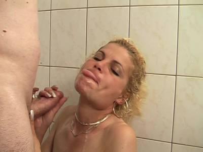 Amateurpärchen spielt in der Dusche mit Natursekt und fickt