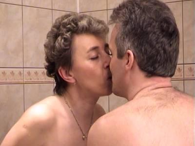 Reife Mutti liebt Pissspiele unter der Dusche Reife Frau beim Pissen