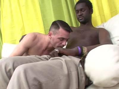 Schwarzer Gay stößt weissen Jungen mit seinem mächtigen Pimmel