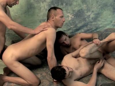 Ungehemmter Gay Gruppensex mit heissem Blaskonzert und Analfickerei