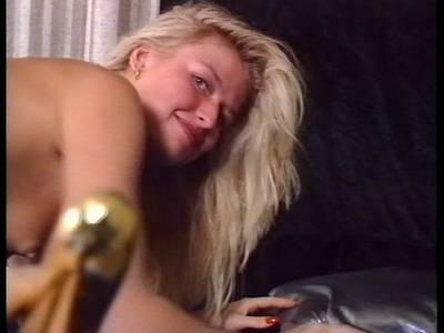 Die sexy Amateurnutte fickt sich vor der Kamera hemmungslos die Muschi